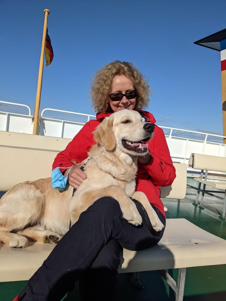 Friederike und Hund Quintus auf Schiff
