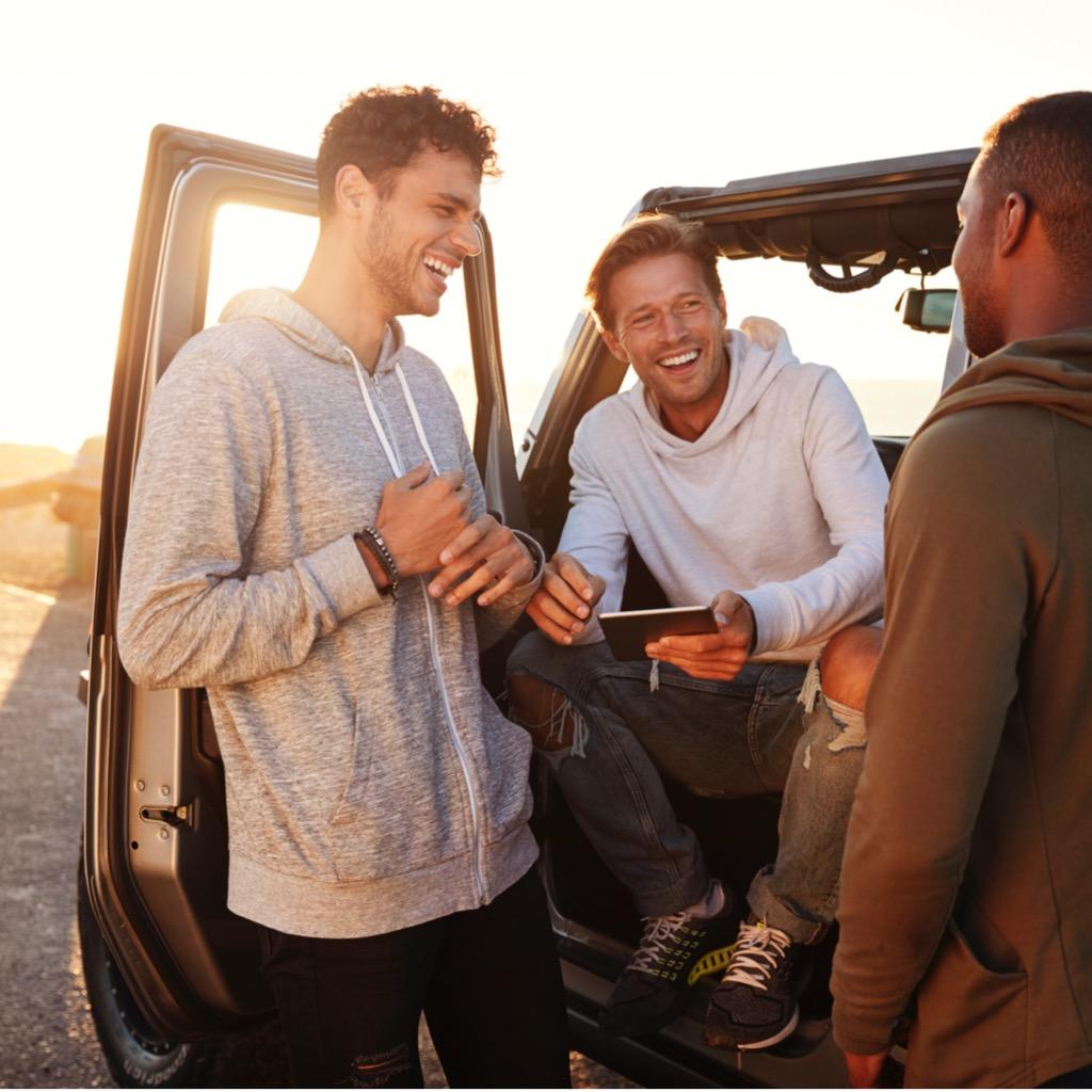 Drei Freunde bei einem Autotrip; coole Geschenke für Männer und lustige Geschenkideen